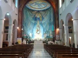 Dietro la facciata della chiesa romana di Santa Barnaba