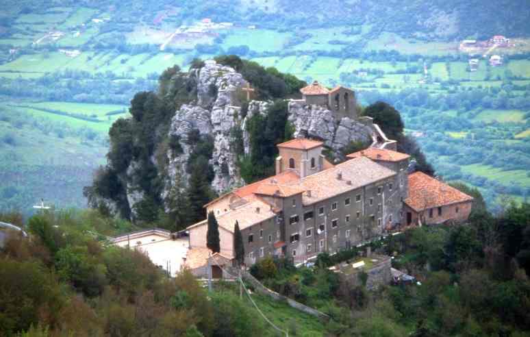 http://puntodidomanda.altervista.org/wp-content/uploads/2013/05/Il-santuario-della-Mentorella-un-luogo-insolito.jpg